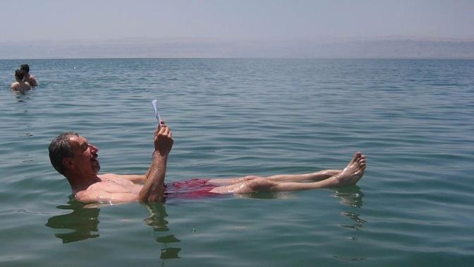 1024px-Dead_Sea,_man_reading