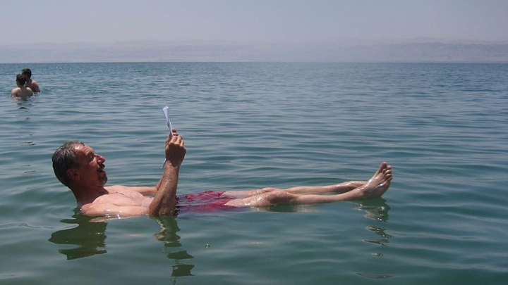 1024px-Dead_Sea,_man_reading