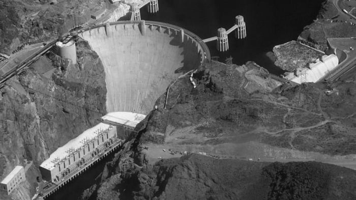Hoover_dam_from_air_grey