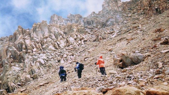 Trekkers-on-Western-Breach-low-res