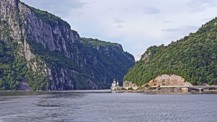 the_iron_gate_danube_gorge_karparten_danube_canyon_wide_150m_deep_60m_current_river-1290375