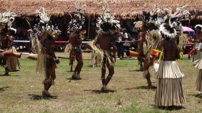 traditional-dance-with-native-people-in-new-guinea_800