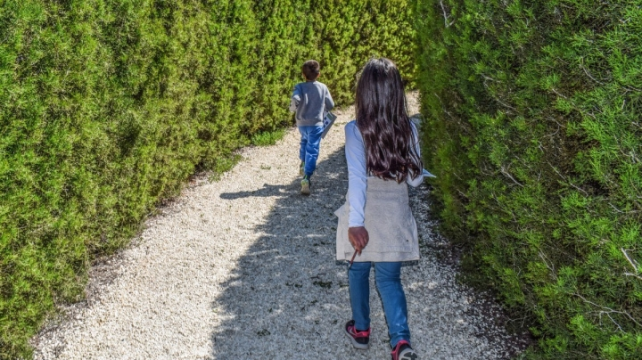 kids_playing_maze_kids_playing_education_leisure_activity_outdoor-1388592